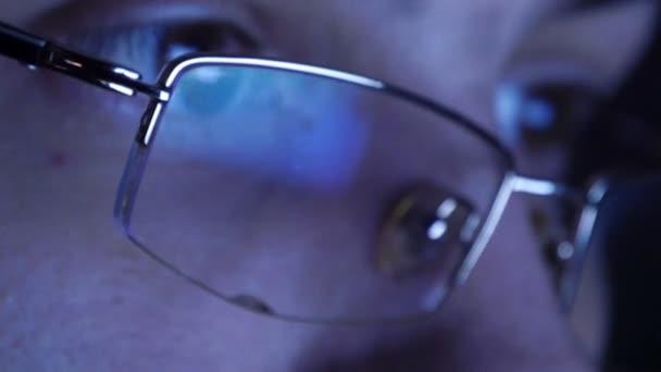 Zblízka střílel muž v brýlích, hokejbal, v noci