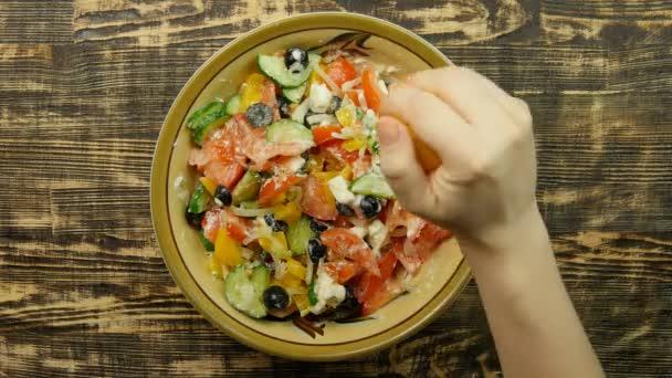 Vegetariánské nízkokalorické Řecký salát Příprava nejlépe prohlížet citrónové šťávy sčítání. Nalití citrónové šťávy na zeleninový salát. Detail