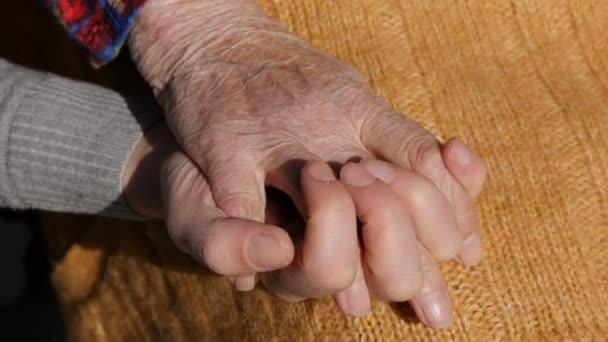 Mladé ženské ruce uklidňující postarší pár rukou babička venkovní zblízka.