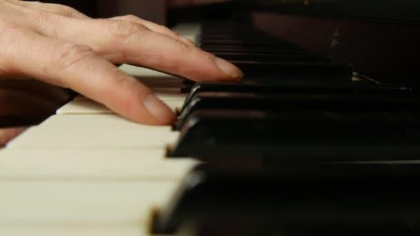 Női kéz játszik egy finom darab, a klasszikus zene egy szép zongora. Zongorázni, közeli nő.