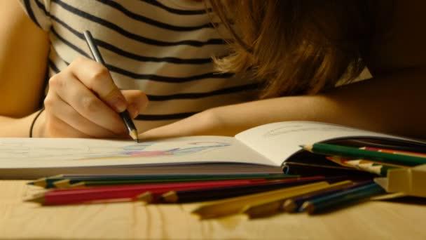 Ženské ruce kreslí dospělých omalovánky. Zblízka