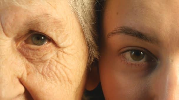 Starý a mladý oko - babička a vnučka společně při pohledu na fotoaparát