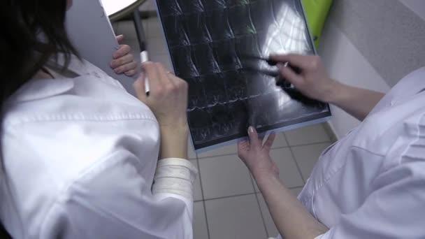 dva lékaři s x-ray tisků
