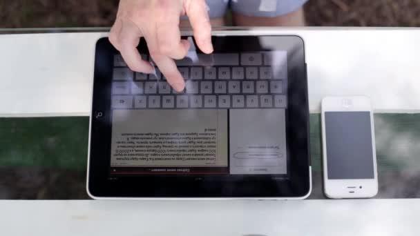 Mann mit Tablet im Park