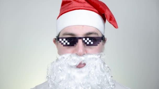Szajré Mikulás vicces pixelezett napszemüveg fehér háttér. Gengszter, főnök, gengszter élet mém. 8 bites stílus. Holly Jolly x Mas Noel vagyok. Király nagyapa. Buli, Boldog Új Évet, Boldog Karácsonyt