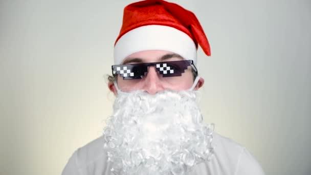 Szajré Mikulás vicces pixelezett napszemüveg fehér háttér. Gengszter, főnök, gengszter élet mém. 8 bites stílus. Holly Jolly x Mas Noel vagyok. Király nagyapa. Buli, Boldog Új Évet, Boldog Karácsonyt.