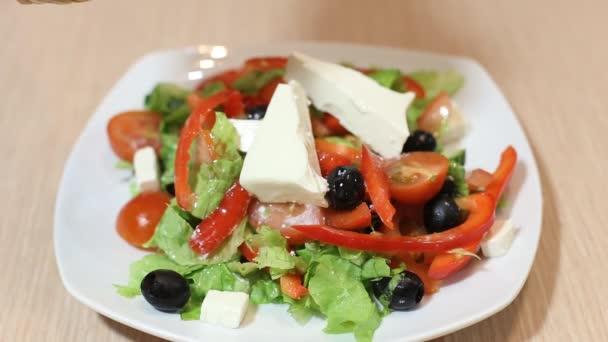 čerstvý salát s olivovým olejem, izolované na bílém pozadí, nalil zálivku do řezání zeleniny, biopotraviny, zdravá výživa koncept