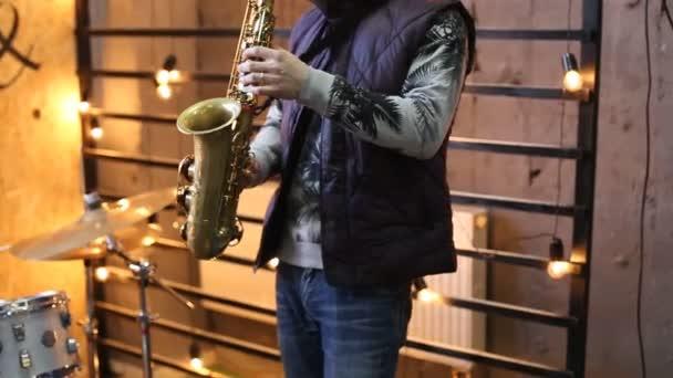 Mann spielt Saxophon auf Konzert