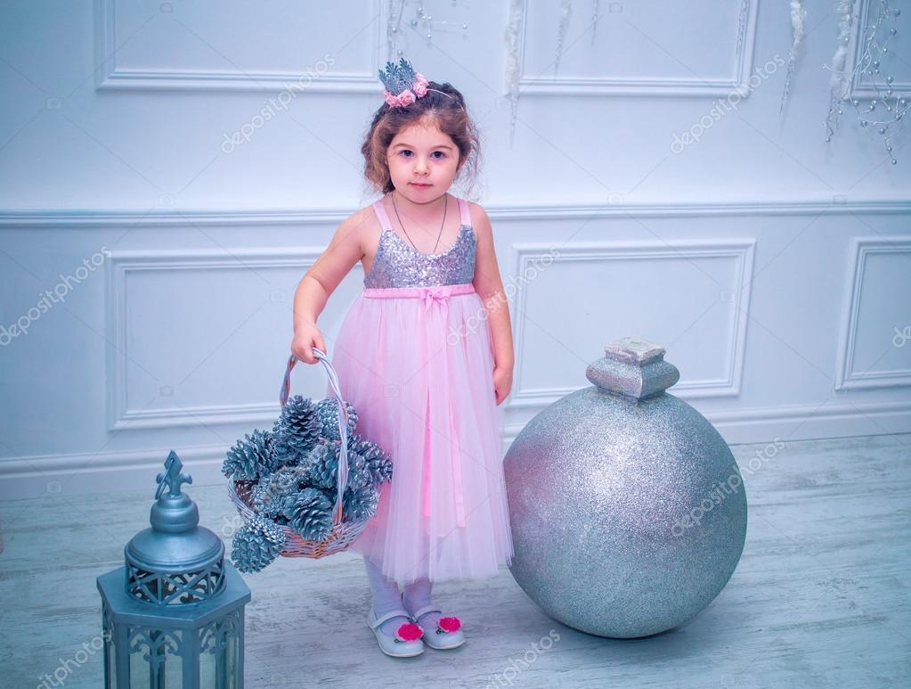 af3e5eb1f 5 años de edad niña vestida en flor blanca hermosa de la manera del vestido  posando cerca de árbol de Navidad — Foto de fryktovyi