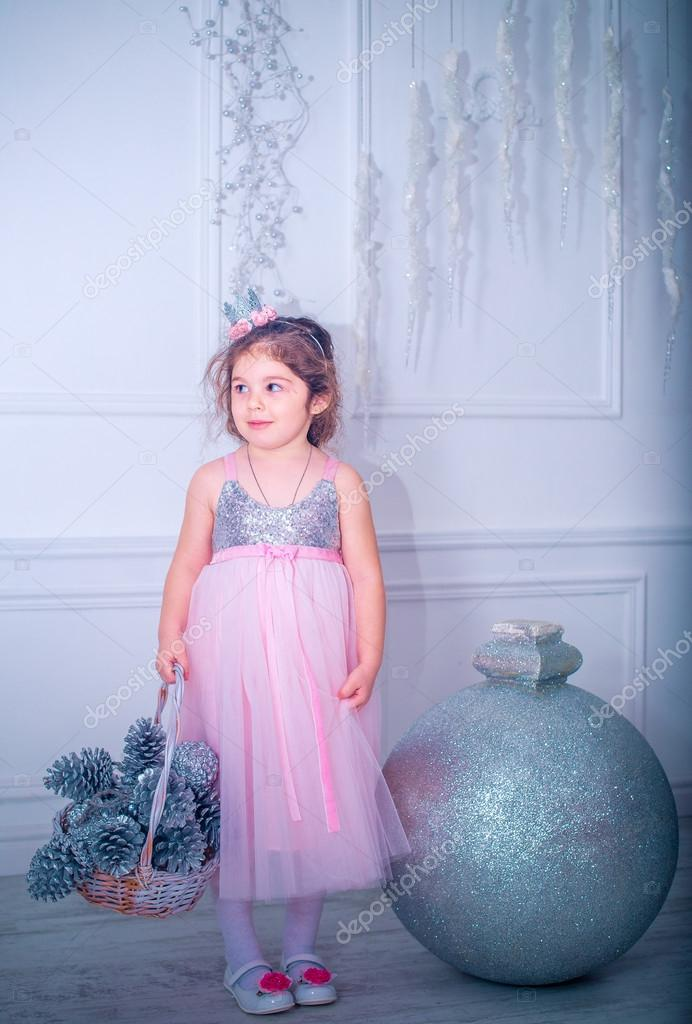 niña vestida de vestido blanco moda hermosa posando cerca de árbol ...