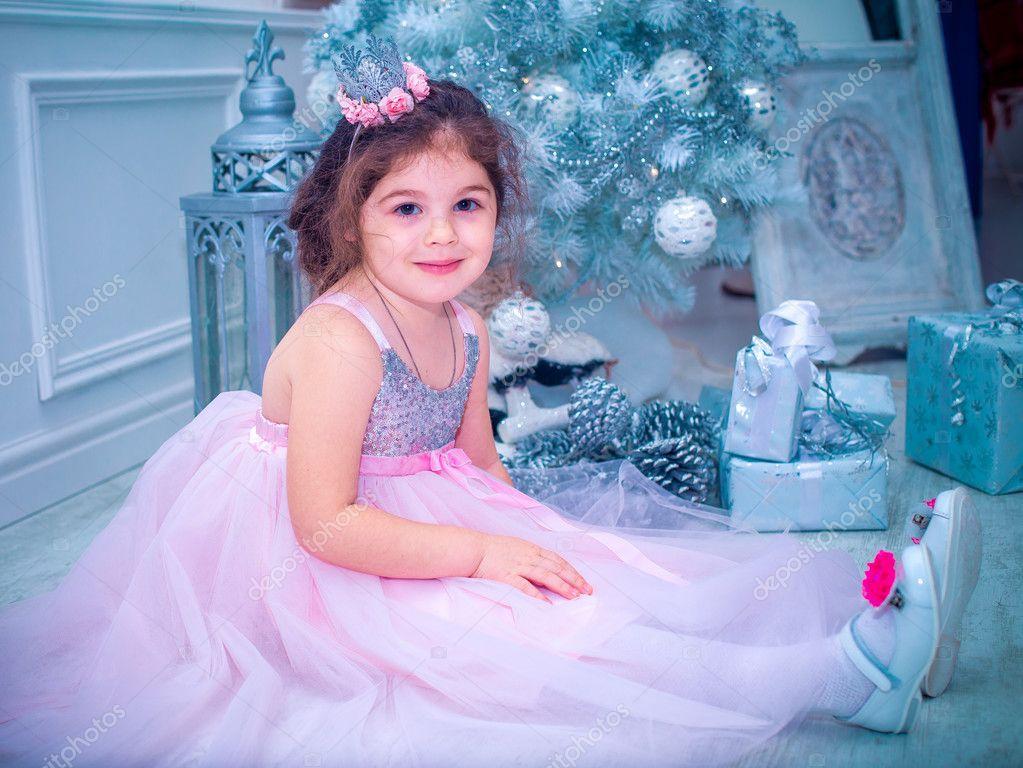dc6415346 5 años de edad niña vestida en flor blanca hermosa de la manera del vestido  posando cerca de árbol de Navidad — Foto de ...