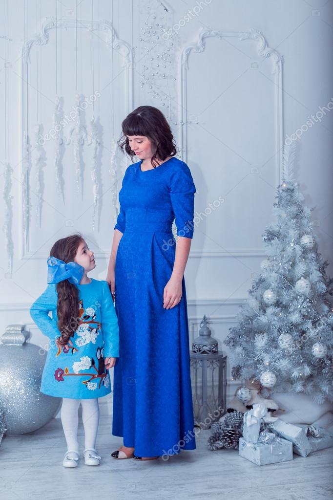 c3de85da5be3 Ευτυχισμένη μητέρα με την κόρη της στο μακρύ μπλε φορέματα δασοσυστάδα  κοντά το χριστουγεννιάτικο δέντρο– εικόνα αρχείου