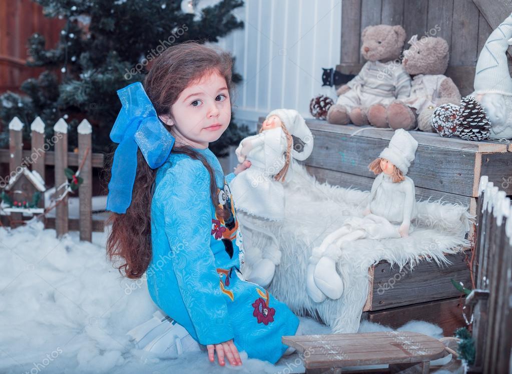 Boldog kis lány ruha-jelen van a karácsonyi — Stock Fotó © fryktovyi ... 8739a2dc21