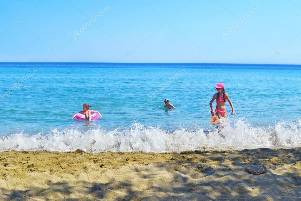 Niños Jugando En La Playa Isla Sifnos Grecia