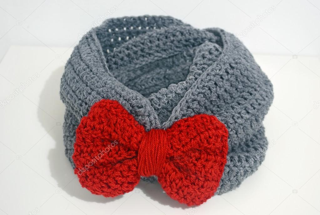вязание крючком серый шарф с красным бантом стоковое фото