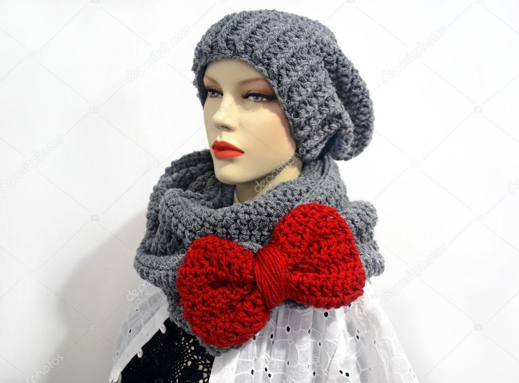Puppe Häkeln Grau Schal Und Eine Mütze Tragen Stockfoto