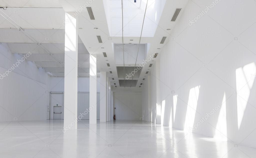 https://st2.depositphotos.com/6440552/10851/i/950/depositphotos_108516126-stock-photo-empty-museum-hall-interiors.jpg