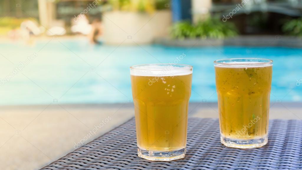 Foto piscina com cerveja