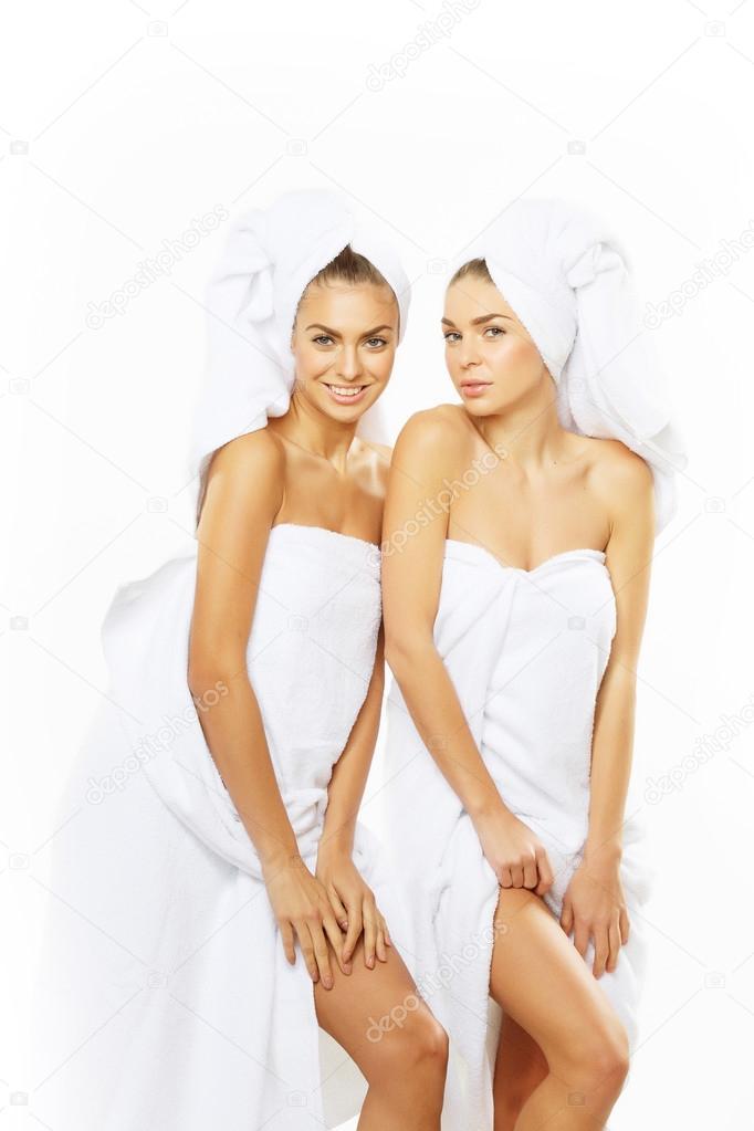 Фото двух девушек в душе