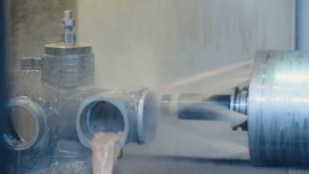 Lavorazione di prodotti in metallo su una macchina idraulica