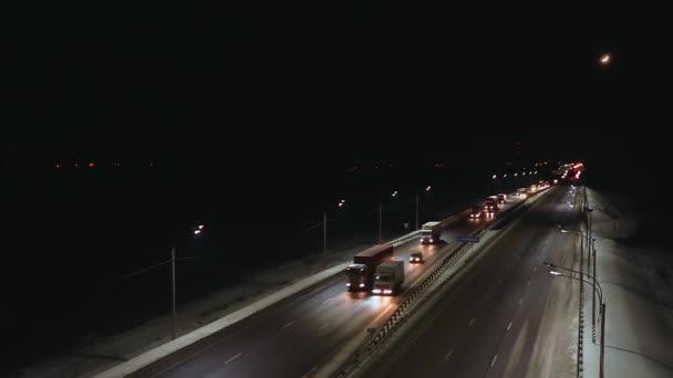 v noci osvětlené silnice se spoustou vozíků, letecký pohled