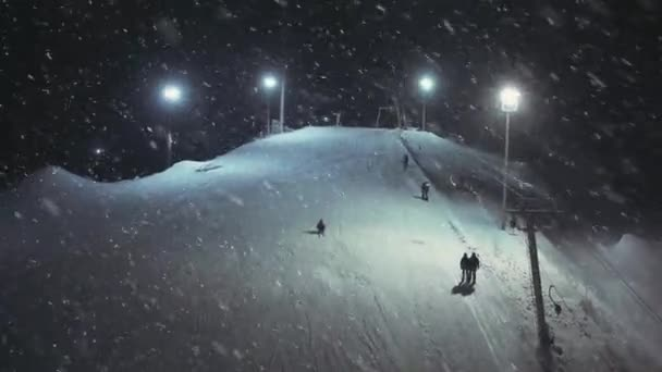 Angeschossene Touristen klettern auf ein Skiseil