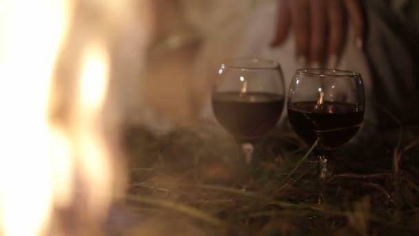 Liebhaber trinken Rotwein am Feuer, romantische Szene - Slow Motion