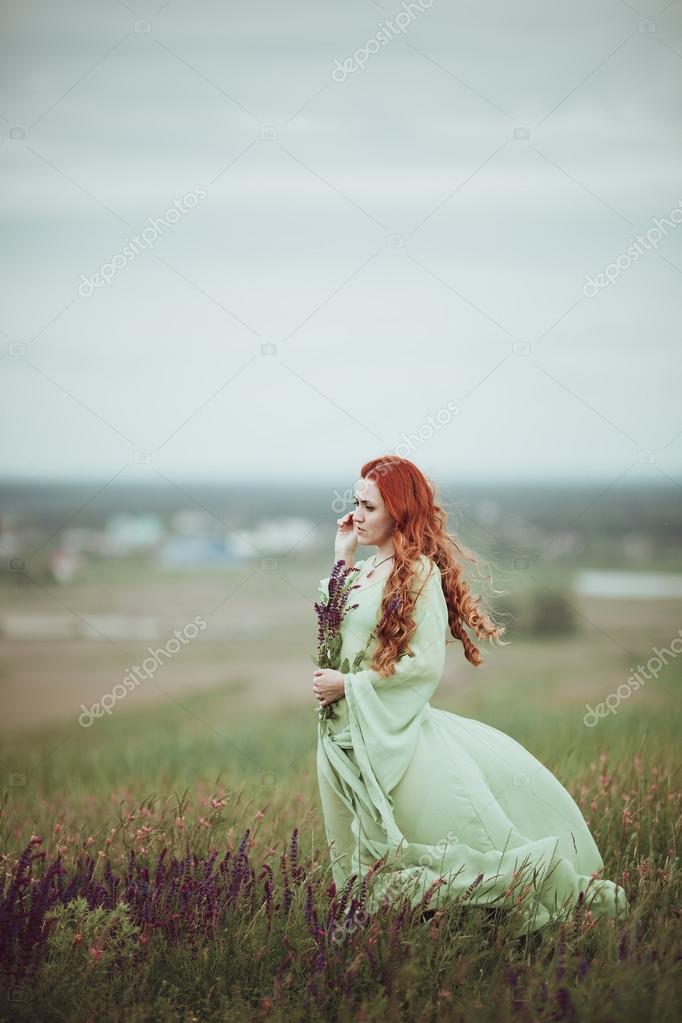 Jonge Roodharige Meisje In Middeleeuwse Kleding Lopen Door Veld Met Salie Bloemen -9152