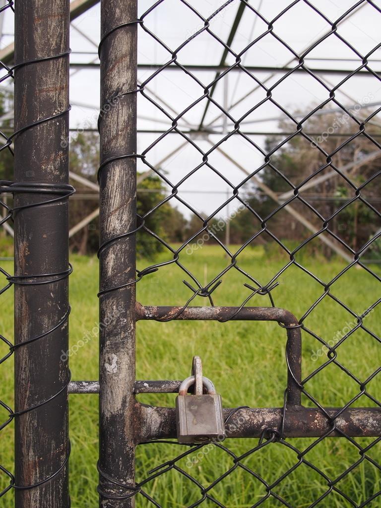 Schloss Auf Eine Sicherheitstur Zaun Draht Stockfoto