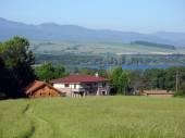 Domy u jezera Mikuláši a Tatry