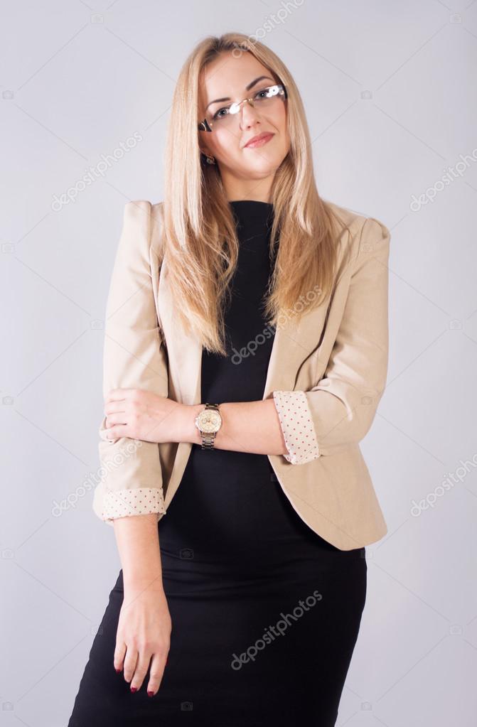 buy popular 58d78 d7635 Donna di affari in un vestito nero e una giacca beige — Foto ...