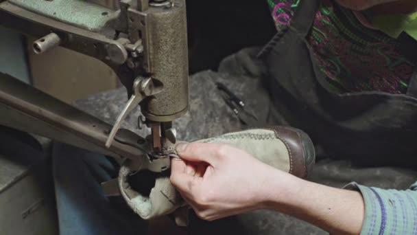 Schuhmacher Schuhe reparieren