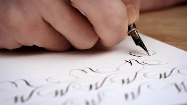 Psaní dopisu s perem. Kaligrafie ponaučení. Zblízka. Zpomalený pohyb