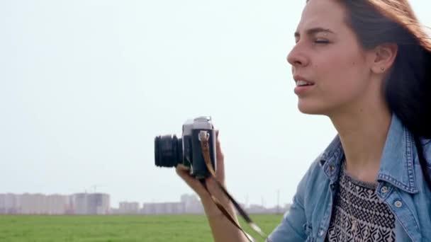 mladá žena fotí