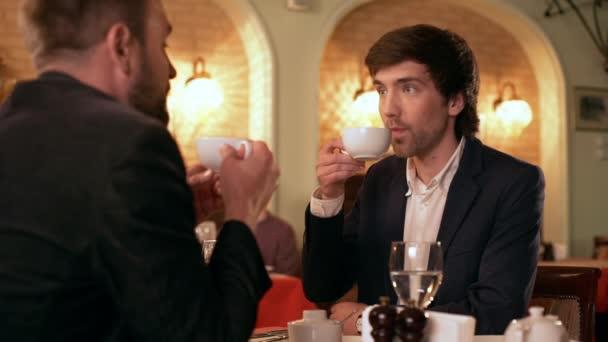 Business-Lunch. Zwei erfolgreiche Jungunternehmer Ideen im Café zu diskutieren. Slow-motion.