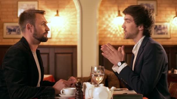 Pracovní oběd. Dva mladí úspěšní podnikatelé diskutovat v kavárně. Zpomalený pohyb
