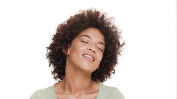 Mladá krásná Africká dívka sní se zavřenýma očima nad bílým pozadím