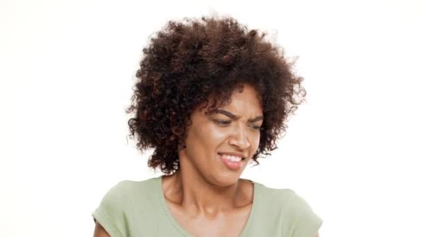 Naštvaný mladá krásná Africká dívka na bílém pozadí. Zpomalený pohyb