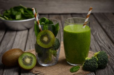 Healthy green smoothie and ingredients.