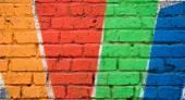 Pestrobarevné malované cihlová zeď