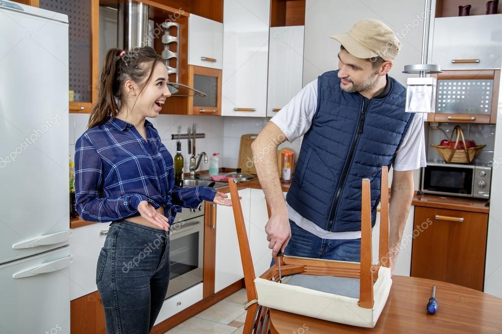 Reparación de muebles en la cocina de manitas. — Fotos de ...