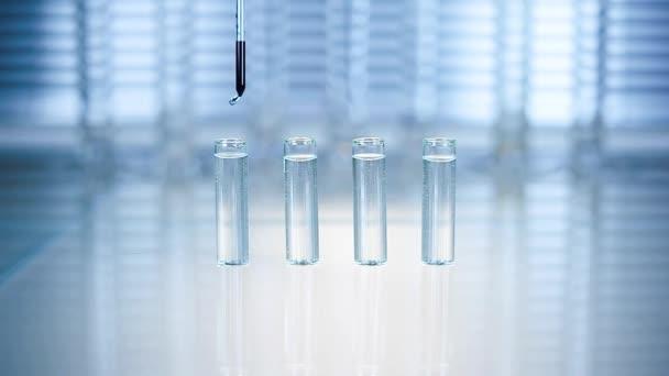 Laboratóriumi. kék folyadék csöpög pipettával egy kémcsőbe