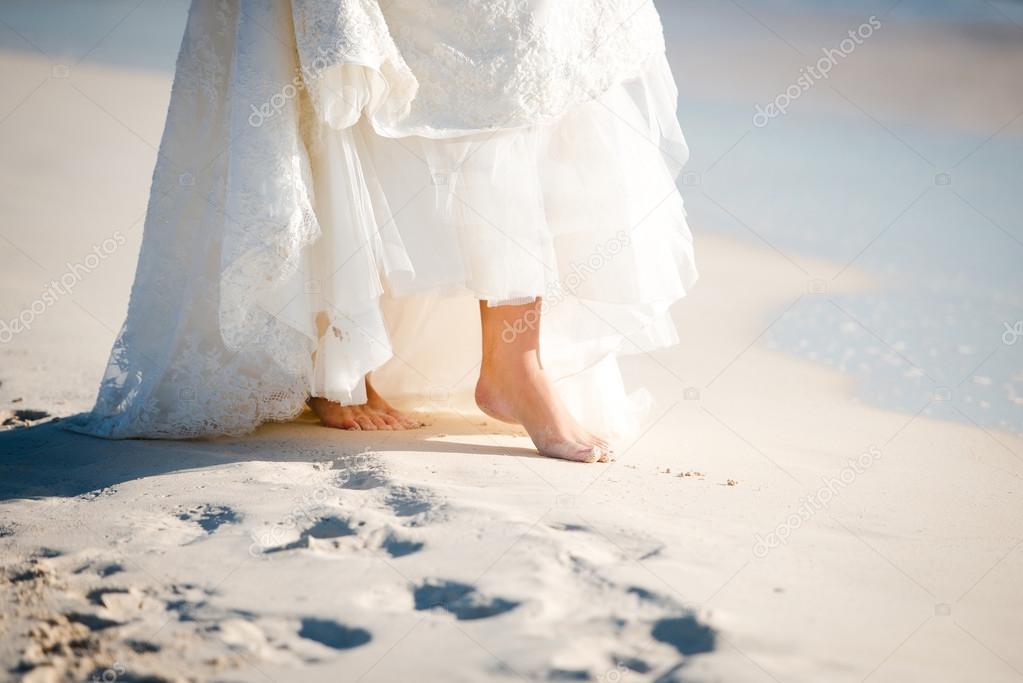 Nahaufnahme der nackte Füße der Braut am Strand von Mexiko, Riviera ...