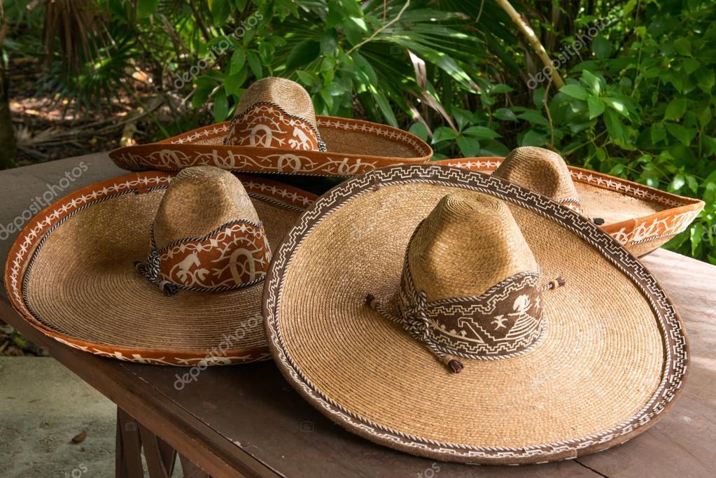 2bb5424e997fa Recuerdos de colorido sombrero mexicano a la venta en el mercado ...