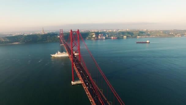 tengerjáró hajó a híd Ponte 25 de Abril légi nézetet Lisszabon folyón