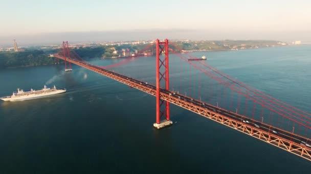 tengerjáró hajó a híd Ponte 25 de Abril a folyón, a légi nézetet Lisszabon