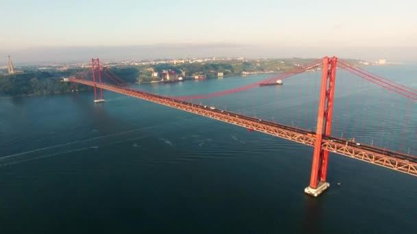 Most Ponte 25 de Abril, nad řekou v Lisabonu na ranní pohled