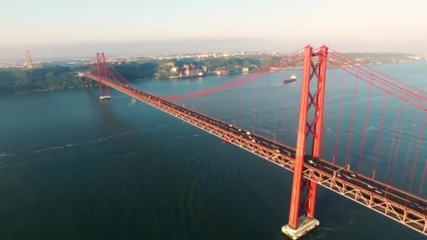 Híd Ponte 25 de Abril reggel légi nézetet Lisszabon Tajo folyón