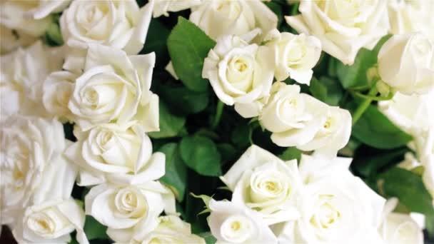 Krásnou kytici bílých růží ve váze