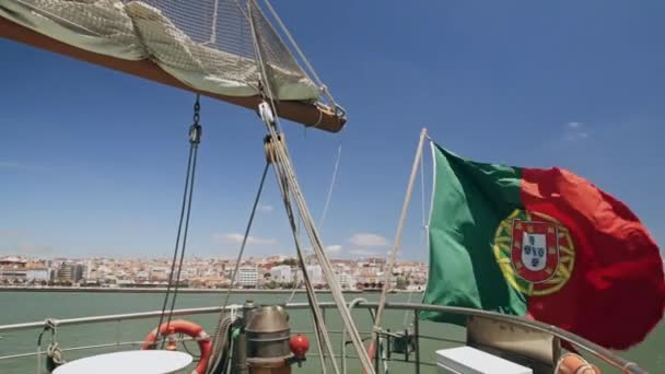 Portugál zászló hajón a város háttérben Lisszabon Portugália